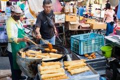 Youtiao кашеваров людей на уличном рынке Стоковое Изображение RF