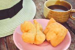 Youtiao (中国多福饼)和老牌泰国地方咖啡 免版税库存照片