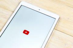 YouTube在苹果计算机iPad智能手机屏幕特写镜头的应用象 Youtube app象 社会媒介象 3d网络照片回报了社交 免版税图库摄影