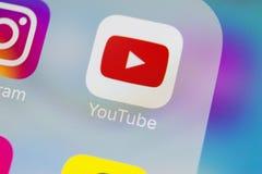 YouTube在苹果计算机iPhone x智能手机屏幕特写镜头的应用象 Youtube app象 社会媒介象 3d网络照片回报了社交 库存照片