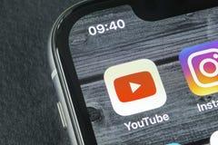 YouTube在苹果计算机iPhone x智能手机屏幕特写镜头的应用象 Youtube app象 社会媒介象 3d网络照片回报了社交 免版税库存图片