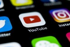 YouTube-Anwendungsikone auf Apple-iPhone X Smartphone-Schirmnahaufnahme Youtube-APP-Ikone Social Media-Ikone Dieses ist eine 3D ü Lizenzfreie Stockfotos