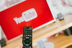 YouTube app на ТВ Сони умном стоковое фото rf