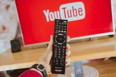 YouTube app на ТВ Сони умном стоковые изображения rf