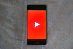 Youtube-APP an einem androiden Telefon mit weißem Beschaffenheitshintergrund stockfotos