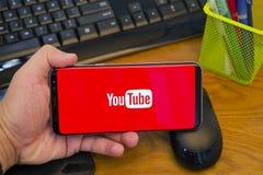 Youtube applikation på mobiltelefonen arkivfoton
