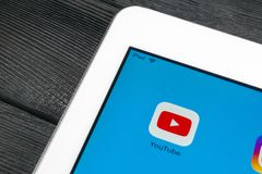 YouTube applikationsymbol på närbild för skärm för Apple iPadpro-smartphone Youtube app symbol Social massmediasymbol bilden för  Royaltyfri Foto