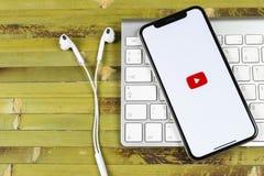 YouTube applikationsymbol på närbild för skärm för smartphone för Apple iPhone X Youtube app symbol Social massmediasymbol bilden Royaltyfri Fotografi