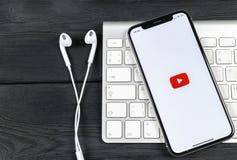 YouTube applikationsymbol på närbild för skärm för smartphone för Apple iPhone X Youtube app symbol Social massmediasymbol bilden Arkivbild