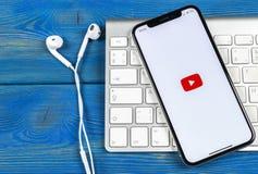 YouTube applikationsymbol på närbild för skärm för smartphone för Apple iPhone X Youtube app symbol Social massmediasymbol bilden Royaltyfri Bild