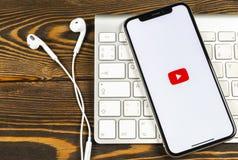 YouTube applikationsymbol på närbild för skärm för smartphone för Apple iPhone X Youtube app symbol Social massmediasymbol bilden Arkivfoto