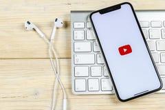 YouTube applikationsymbol på närbild för skärm för smartphone för Apple iPhone X Youtube app symbol Social massmediasymbol bilden Royaltyfri Foto