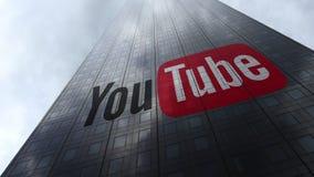 YouTube-Logo auf reflektierenden Wolken einer Wolkenkratzerfassade Redaktionelle Wiedergabe 3D lizenzfreie stockfotografie