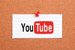 YouTube. Logo note paper pinned on corkboard Stock Photos