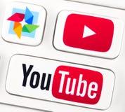 Youtube logotyper på ett tangentbord knäppas Royaltyfri Bild