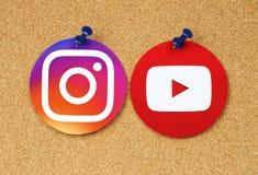 YouTube och Instagram symboler som klämmas fast på korkanslagstavla Royaltyfri Foto