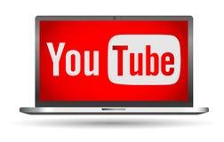 Youtube text med logosymbolen på bärbar datorskärmen Royaltyfri Foto