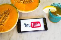 Youtubeembleem dat op het slimme telefoonscherm wordt getoond met vers fruit Royalty-vrije Stock Afbeelding