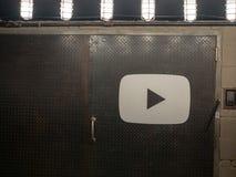 YouTubeembleem op de ingang van de staaldeur aan Chelsea Market-plaats royalty-vrije stock afbeeldingen