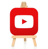 Youtubepictogram op papier wordt en op houten schildersezel wordt geplaatst gedrukt die die Royalty-vrije Stock Foto's
