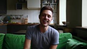 Youtuber casual joven del hombre que mira el vlog de la forma de vida de la grabación de la cámara almacen de metraje de vídeo