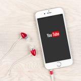 Youtubetoepassing op een iPhone 6 plus vertoning Stock Fotografie