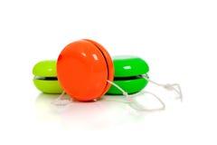 Yoyos verdes y rojos en un fondo blanco Imágenes de archivo libres de regalías