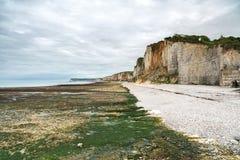 Yport i Fecamp, Normandy.  Plaża, faleza i skały w niskim przypływie, Zdjęcie Stock