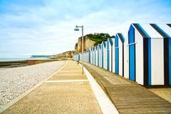 Yport och Fecamp, Normandie.  Strandkojor eller kabiner och klippor. Frankrike. Arkivfoton