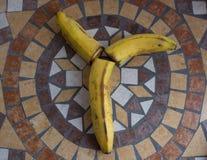 Ypsilon machte mit Bananen, um einen Buchstaben des Alphabetes mit Früchten zu bilden Lizenzfreie Stockfotos