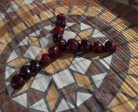 Ypsilon machte mit cherrys, um einen Buchstaben des Alphabetes mit Früchten zu bilden Stockfoto