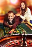 Ypung par i kasino royaltyfria foton