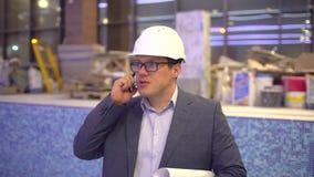 Yrke, affär och telekommunikationer, arkitekt som under talar på mobiltelefonen på bakgrunden av pölen lager videofilmer
