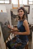 yrke professionell, konstnär, sakkunskap, förkläde, teckningsgrupp, teckning, aktivitet som ler, conte royaltyfri bild