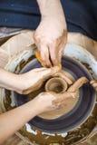 Yrkeidéer Closeup av händer av den erfarna manliga keramikern arkivfoto
