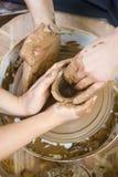 Yrkeidéer Erfaren manlig keramiker för gammal hand som arbetar med lera royaltyfria foton