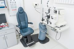 yrkesmässig ögon- klinik med slitsen royaltyfri foto