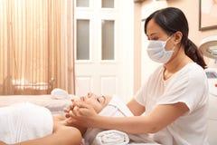 Yrkesmässig ansikts- massage arkivfoto