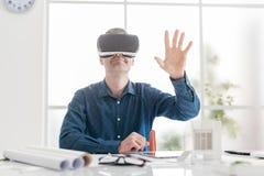Yrkesmässig arkitekt som arbetar med virtuell verklighet Arkivfoto