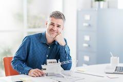 Yrkesmässig arkitekt som poserar i kontoret Royaltyfria Foton