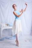 Yrkesmässig balettdansör som poserar på vit Royaltyfria Foton