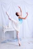 Yrkesmässig balettdansör som poserar på vit Arkivbilder