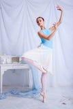 Yrkesmässig balettdansör som poserar på vit Arkivfoton