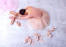 Yrkesmässig balettdansör som vilar efter kapaciteten royaltyfri foto