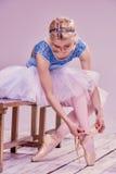 Yrkesmässig ballerina som sätter på hennes balettskor fotografering för bildbyråer