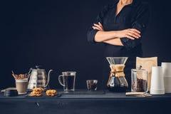 Yrkesmässig barista som förbereder kaffe arkivbilder