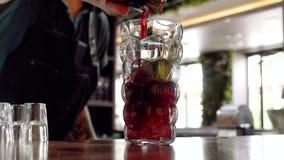Yrkesmässig bartender som förbereder en coctail med is lager videofilmer