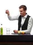 Yrkesmässig bartender som förbereder en dryck med limefrukt eller citronen som isoleras på en vit bakgrund Restaurang- och klubba arkivfoto