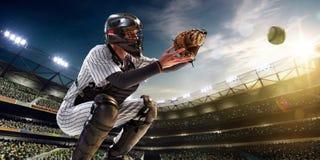 Yrkesmässig basebollspelare i handling royaltyfria bilder
