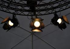 Yrkesmässig belysningsutrustning nära tak av teateretappen Royaltyfria Foton